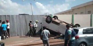 VIDEO: Auto over de kop aan de Saramaccastraat in Suriname