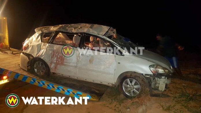 Gewonden nadat auto over de kop sloeg op Afobakaweg in Suriname