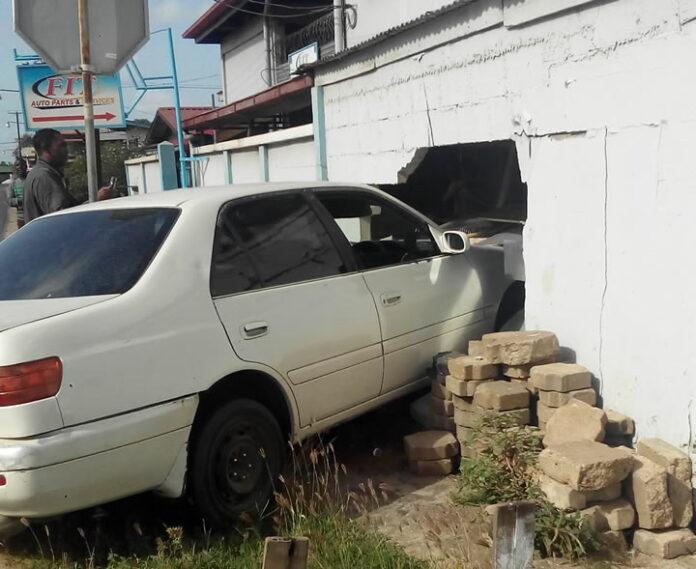 Personenauto rijdt pand binnen in Suriname