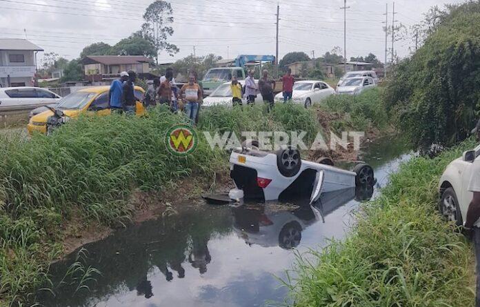 Voertuig belandt ondersteboven in trens in Suriname