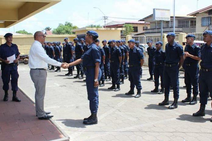 Ambtenaren Beveiligings- en Bijstandsdienst Suriname bevordert en beëdigd