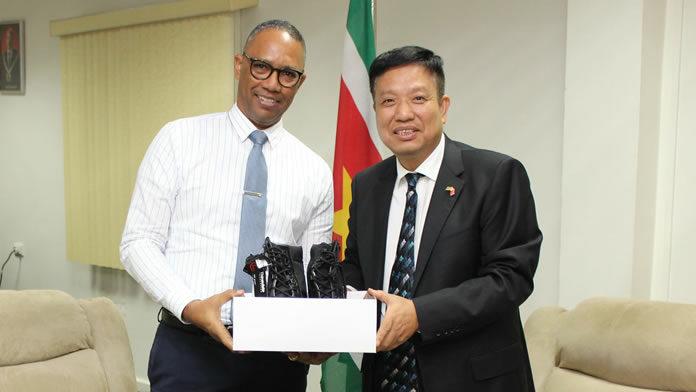Suriname ontvangt 300 tactical boots van Chinese ambassade