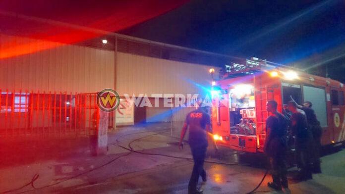 Brandweer Suriname snel bij brand Stubila te Latour
