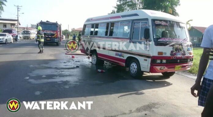 Lijnbus vat vlam op openbare weg in Suriname