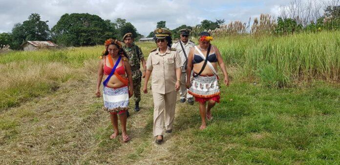 Nieuwe districtscommissaris brengt eerste bezoek aan Kwamalasemutu in Suriname