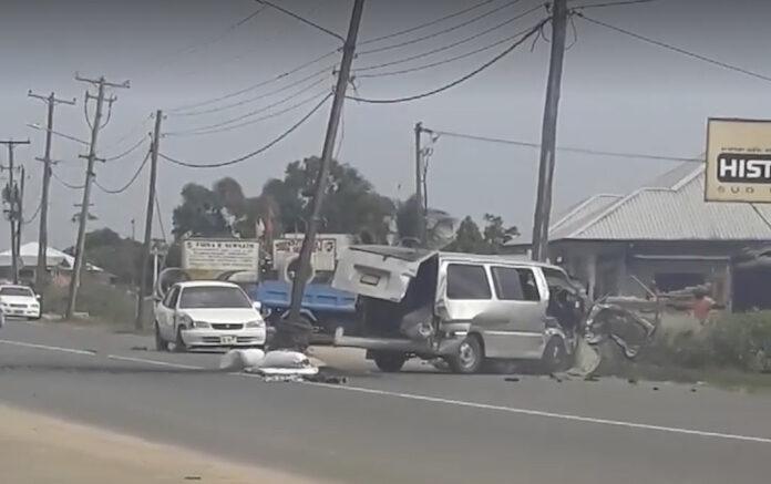 VIDEO: Bestelbusje 'op hol geslagen' te Meerzorg in Suriname