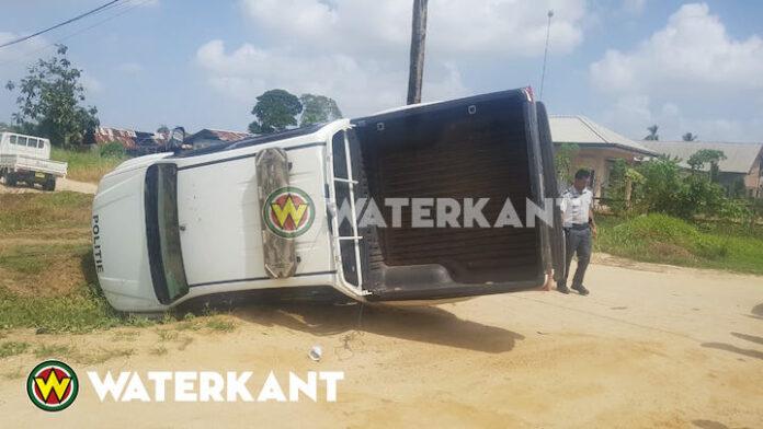 Auto politie Suriname over de kop geslagen te Livorno