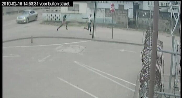 VIDEO: agent in Suriname schiet man dood die dreigde met houwer