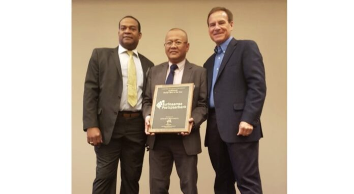 Directeur Postspaarbank in Suriname krijgt award uitgereikt in Texas