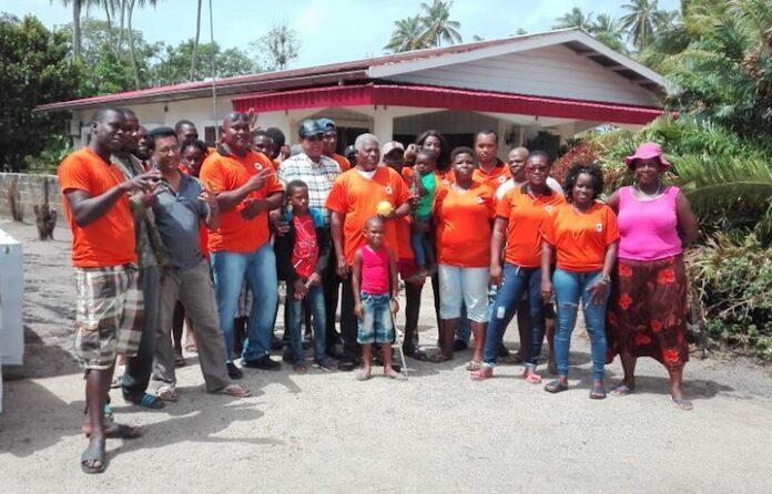 VHP Coronie helpt familie in Suriname met herbouwen woning na brand