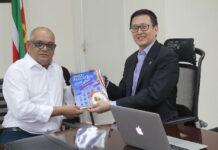 Minister ontvangt nieuw magazine over toerisme in Suriname