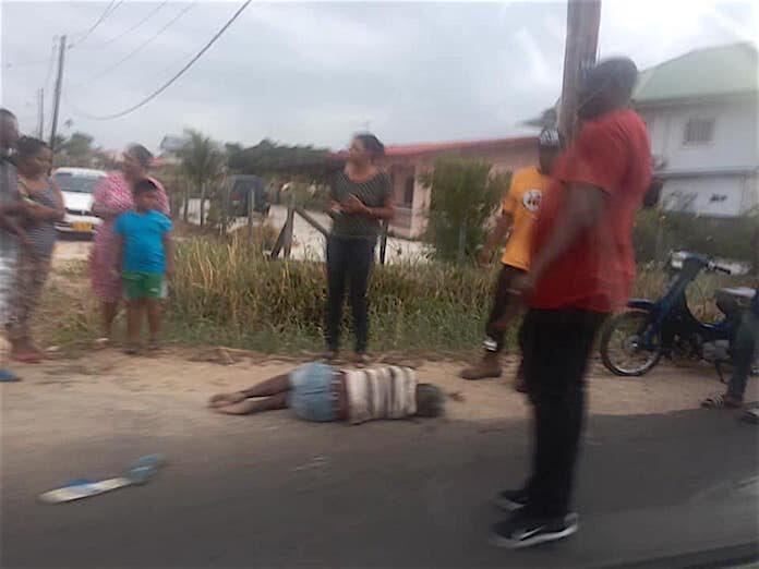 Automobilist doorgereden na dodelijke aanrijding met voetganger in Suriname