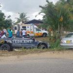 Vrouw gewond afgevoerd na aanrijding tussen twee auto's in Suriname