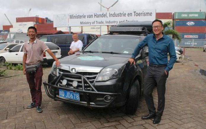 Wereldreiziger die met auto rondreist op bezoek in Suriname
