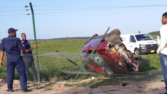 Auto door hek luchthaven Suriname na verkeersongeval