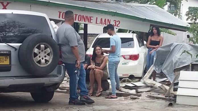 Auto rijdt eetcafé in Suriname binnen
