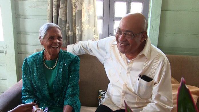Bejaarde krijgt bezoek van president Suriname op haar 100ste verjaardag