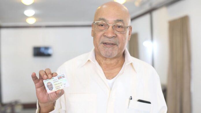 Ook president van Suriname en echtgenote nemen e-ID kaart in ontvangst