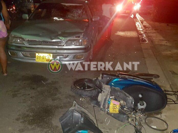 Bromfietser per ambulance naar ziekenhuis na aanrijding in Suriname