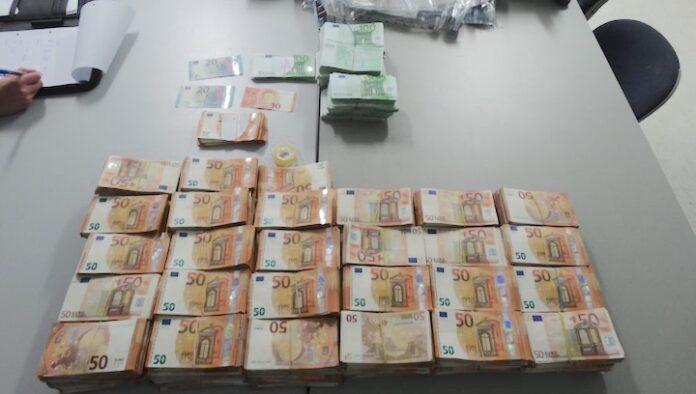 Reiziger uit Suriname met meer dan 800.000 euro cash aangehouden op Aruba