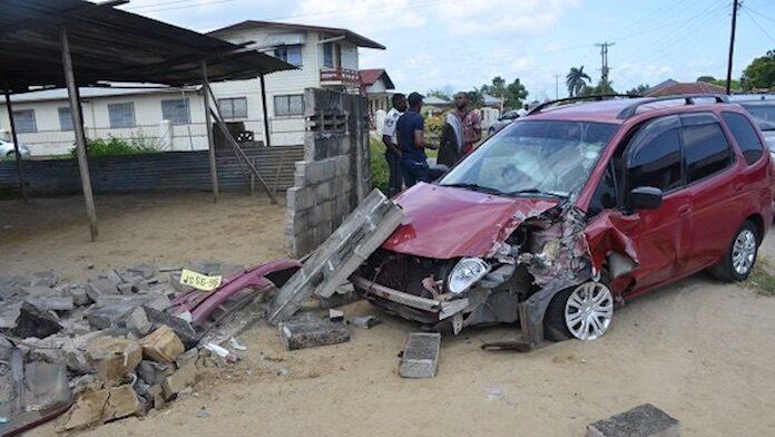 Vluchtende dieven rijden tegen schutting aan in Suriname