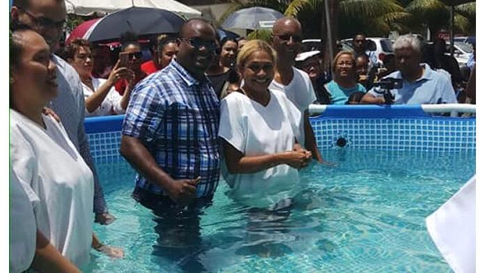 Journaliste Gail Eijk gedoopt op Pasen in Suriname