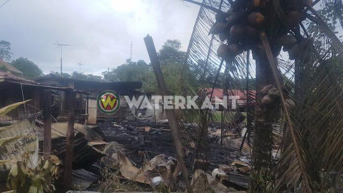 Houten woning compleet afgebrand te Domburg in Suriname
