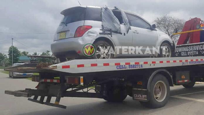 Tiener belandt met auto in sloot in Suriname