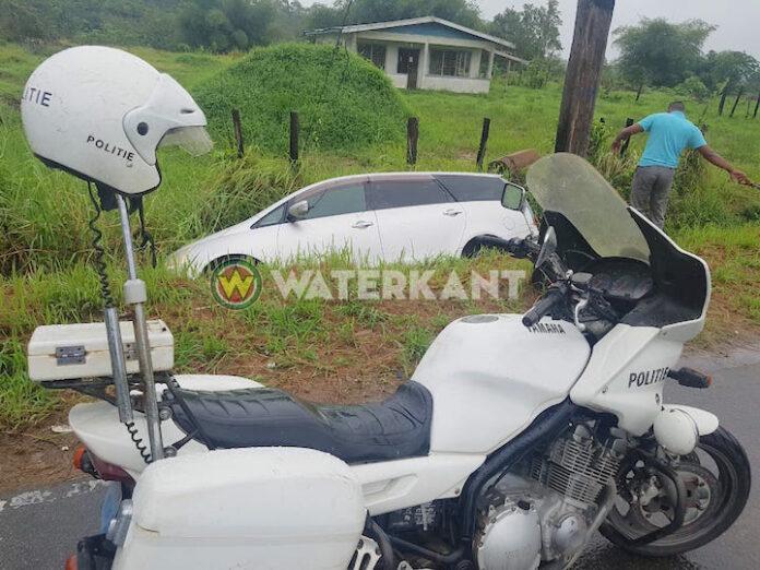 Auto belandt in trens aan de Sumatraweg in Suriname