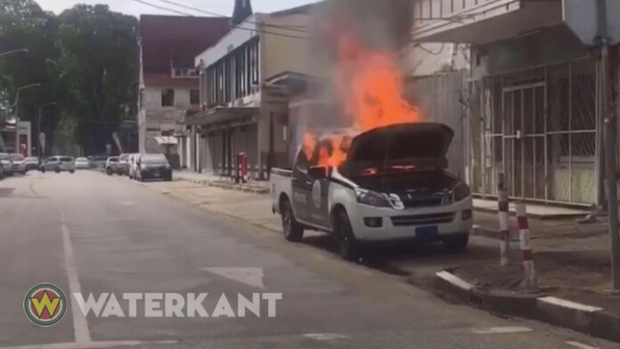 VIDEO: Auto politie Suriname vliegt in brand in binnenstad