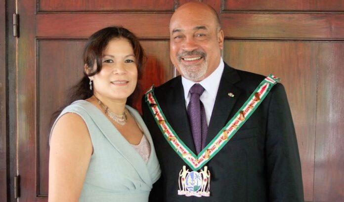 President van Suriname feliciteert zijn 'gudu' op Facebook met haar 58ste verjaardag