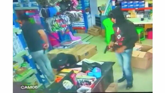 VIDEO: vier mannen plegen gewapende overval op winkel in Suriname