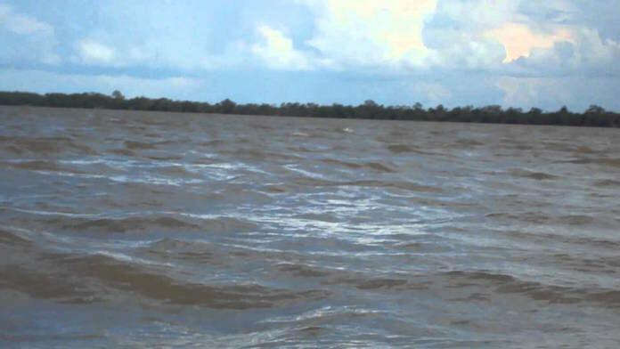 Visser in de diepte van de Suriname rivier verdwenen