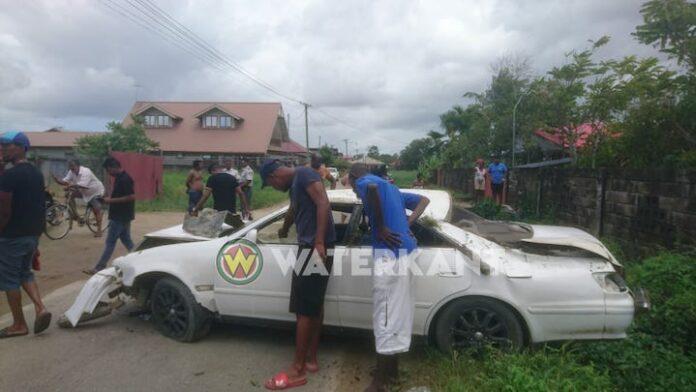 Voertuig over de kop, bestuurder met de schrik vrij in Suriname