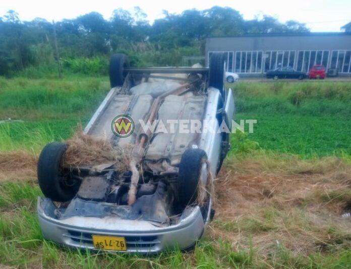 Auto over de kop na hard rijden op Ringweg in Suriname