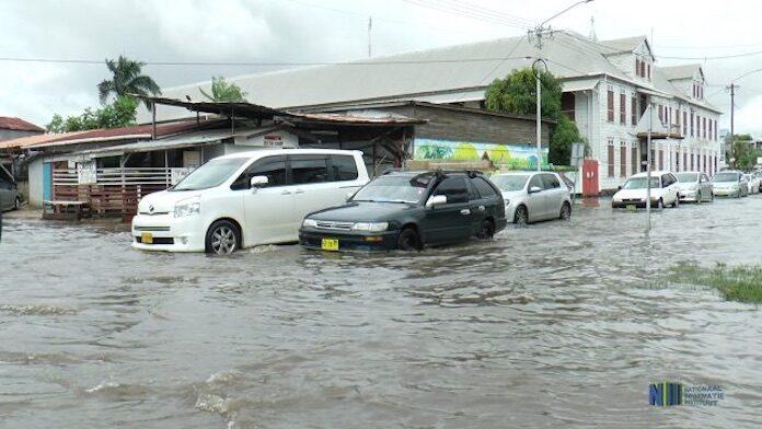 Zware regenval heeft aandacht van ministerie in Suriname