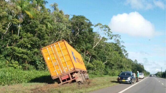 Vrachtwagenchauffeur verliest controle over het stuur en belandt in berm