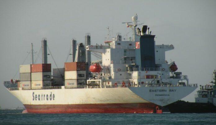 Amerikaans schip vastgelopen aan de monding Surinamerivier