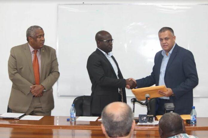 EITI- rapport over de mijnbouwsector in Suriname naar minister NH