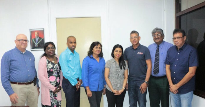 Minister Gopal ontvangt bestuur Bridge Bond in Suriname