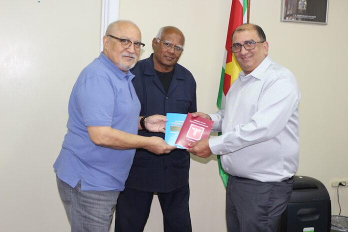 Minister wil Academie voor Acupunctuur opzetten in Suriname