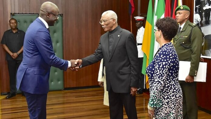 Nieuwe ambassadeur van Suriname in Guyana biedt geloofsbrieven aan