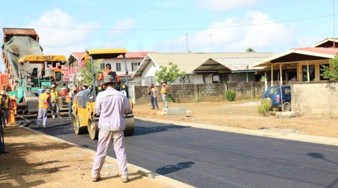 Eerste asfaltlaag voor Mangolaan in Suriname