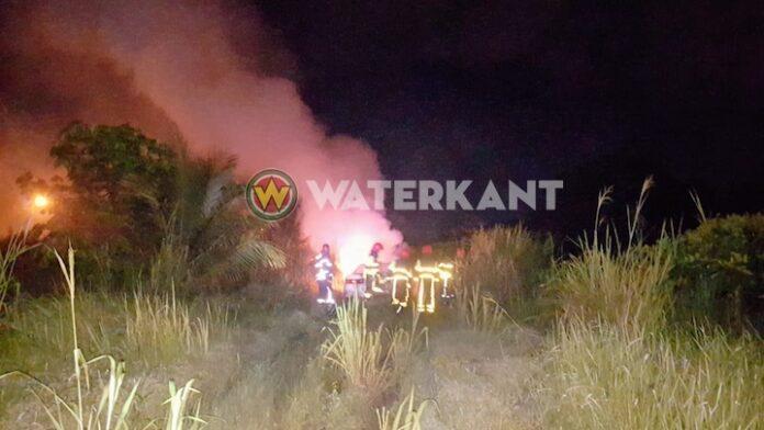 Auto in brand in zijstraat van de Verlengde Nieuw Weergevondenweg