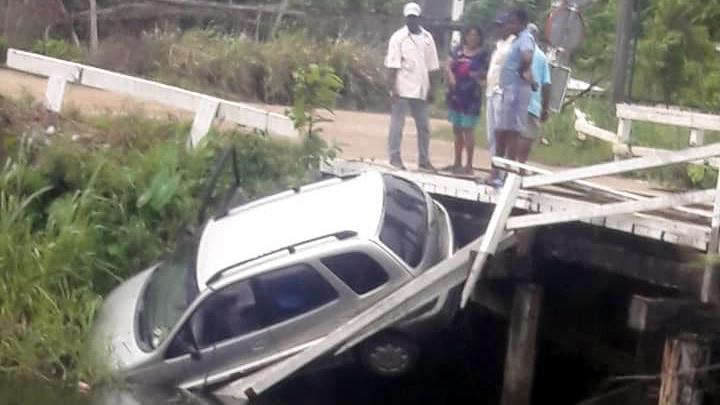Auto rijdt van houten brug af in Suriname en belandt in water