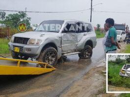 Weer auto tegen elektriciteitsmast in Suriname