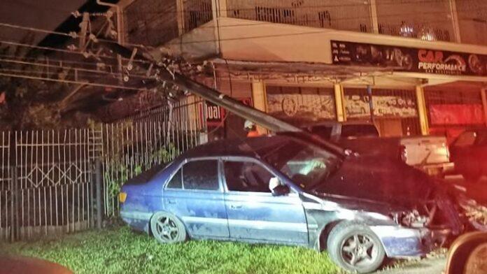 Buurt zonder stroom nadat auto tegen EBS elektriciteitspaal knalt