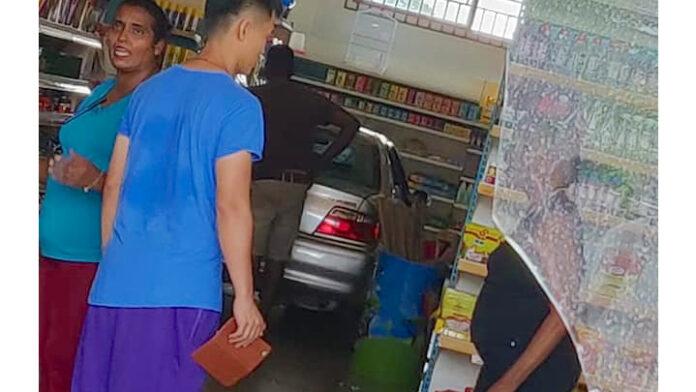 Dronken automobilist rijdt Chinese winkel in Suriname binnen