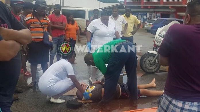 Bromfietser rijdt tegen auto aan en raakt zwaar gewond