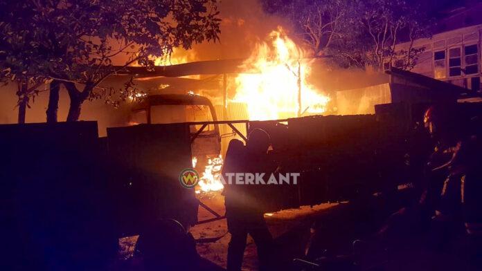 Woning geheel met bus in garage afgebrand